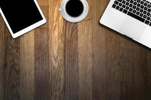 dator och kopp kaffe på träbord foto