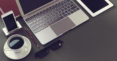 bärbar dator med digital surfplatta och smartphone foto