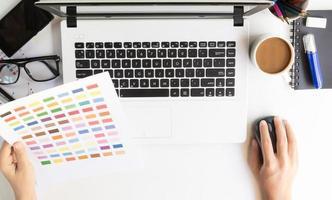 närbild designer använder laptop på skrivbordets arbetsyta foto