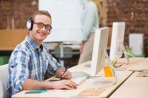 tillfällig manlig fotoredigerare som använder digitaliserare på kontoret foto