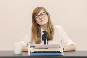 ung författare vid sitt skrivbord foto