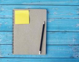 anteckningsbok på skrivbordet foto