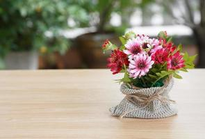 dekorativ blomma på trä skrivbord foto