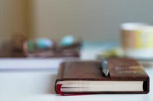 bok på skrivbord suddig bakgrund foto