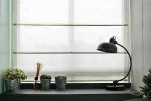 lampa på trä skrivbord
