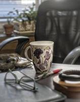 kvinnans mugg på skrivbordet foto