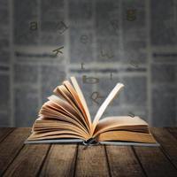 öppen bok på träskrivbordet foto