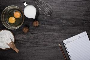 hjärta av mjöl på trä skrivbord foto