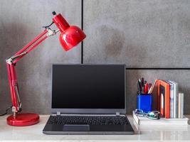 moderna kontorsskrivbord med laptop och lampa foto