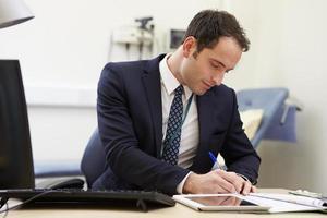 manlig konsult som arbetar vid skrivbordet på kontoret
