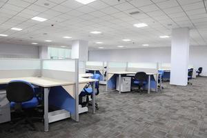 modern kontorsinredning med bord och skrivbord foto