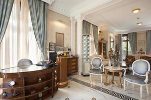 liten snygg hotelllobby med receptionen foto