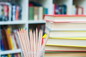 färgpennor med hög med böcker i bakgrunden foto