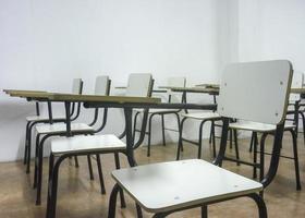 klassrum tomma vita stolar foto