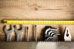trä skrivbord med verktyg och kopia utrymme foto