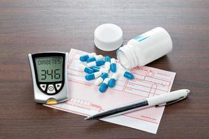 glukosmätare och recept på läkarens skrivbord foto