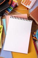 studentskrivbord med tom skrivbok, kopieringsutrymme foto