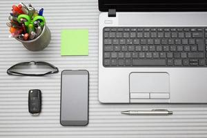 modernt kontorsskrivbord med fungerande tillbehör, ovanifrån foto