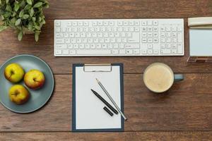 skrivbord med tangentbord foto