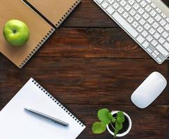 mörkbrunt träskrivbord med brevpapper och elektronik foto