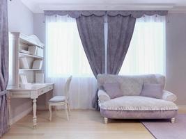 soffa och skrivbord i sovrummet foto