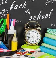 skolmaterial på skrivbordet foto