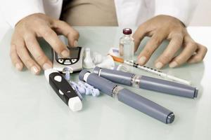 diabetisk utrustning på ett skrivbord foto