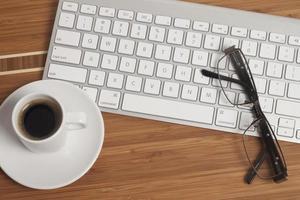 kaffe på skrivbordet