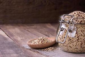 quinoa på träskrivbordet foto