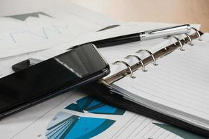skrivbord affärsman, telefon, penna, anteckningsbok foto