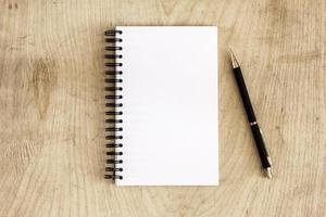 penna och anteckningsblock på skrivbordet. foto