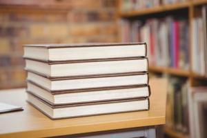 fyra böcker på skrivbordet foto