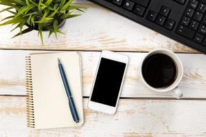 kontorsarbetsbord ovanifrån med bärbar dator foto