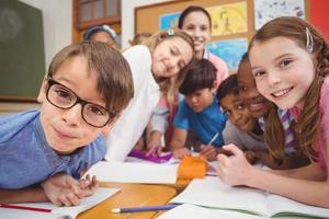 lärare och elever som arbetar vid skrivbordet tillsammans foto