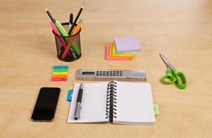 kontorsverktyg på träskrivbordet foto