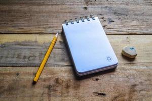 återvinna anteckningsbok, penna och radergummi foto