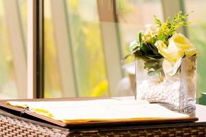 blommor i en vas på skrivbordet foto