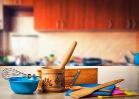 köksutrustning på skrivbordet foto