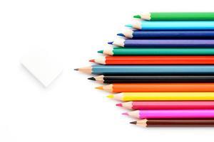 färgpennor på ett vitt papper foto
