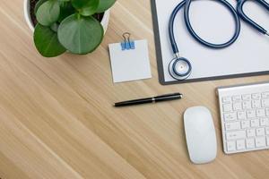 stetoskop i läkare skrivbord foto