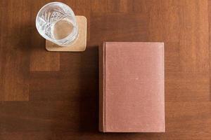 gammal bok på skrivbordet foto