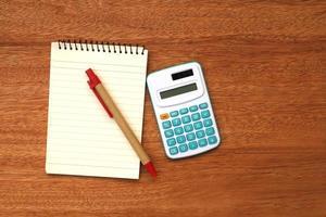 anteckningsblock och miniräknare foto
