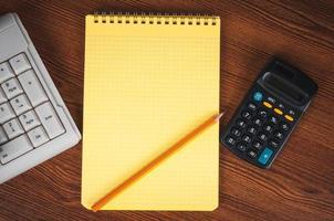 inköpslista med miniräknare och tangentbord foto