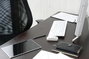 affärsidé, skrivbord i office med ingen person foto