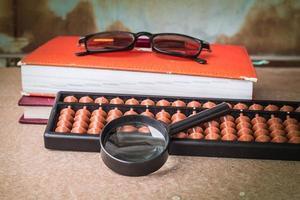 förstoringsglas och arbetsutrustning foto