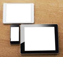 olika typer av digital surfplatta och smart telefon på skrivbordet foto
