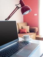 öppen bärbar dator med blank skärm på skrivbordet i moderna kontor foto