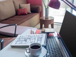 öppen bärbar dator med arkitektonisk ritning på skrivbordet i moderna kontor foto