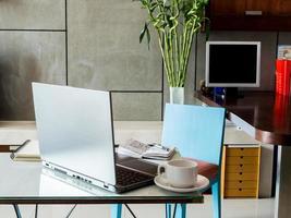 modern arbetsplats med bärbar dator och kaffekopp på skrivbordet foto