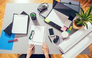 skrivbordsmix på ett kontorsbord foto